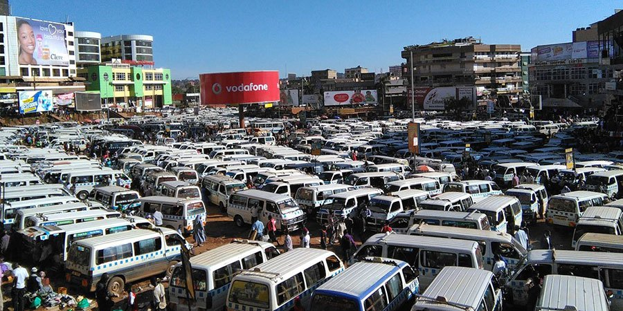 ハイエースだらけのウガンダのタクシー広場