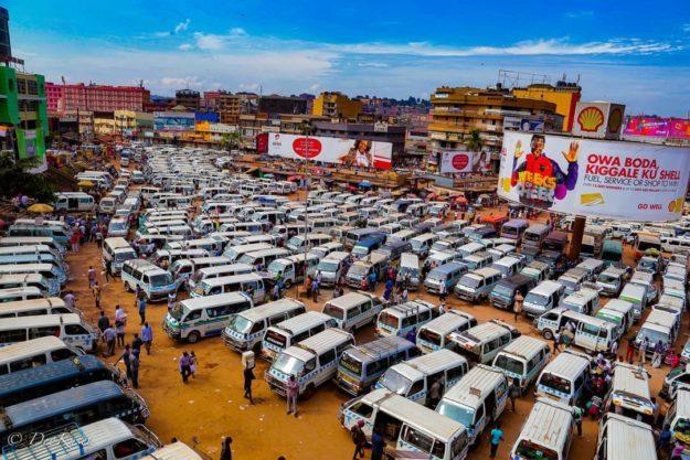 ウガンダのタクシー広場は見渡す限り古い100系のハイエースだらけ
